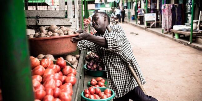 Tembo selger grønnsaker på Nakawa-markedet i Kampala