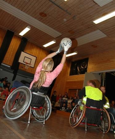 Personer i rullestol spiller basketball - ambassadør Skoleverket
